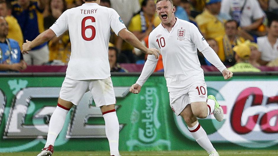 Wayne Rooney se raduje z branky.