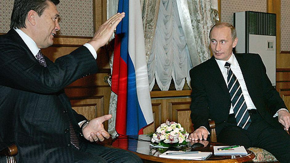 Ukrajinský prezident Viktor Janukovyč (vlevo) při jednom z minulých setkání s ruským prezidentem Vladimirem Putinem