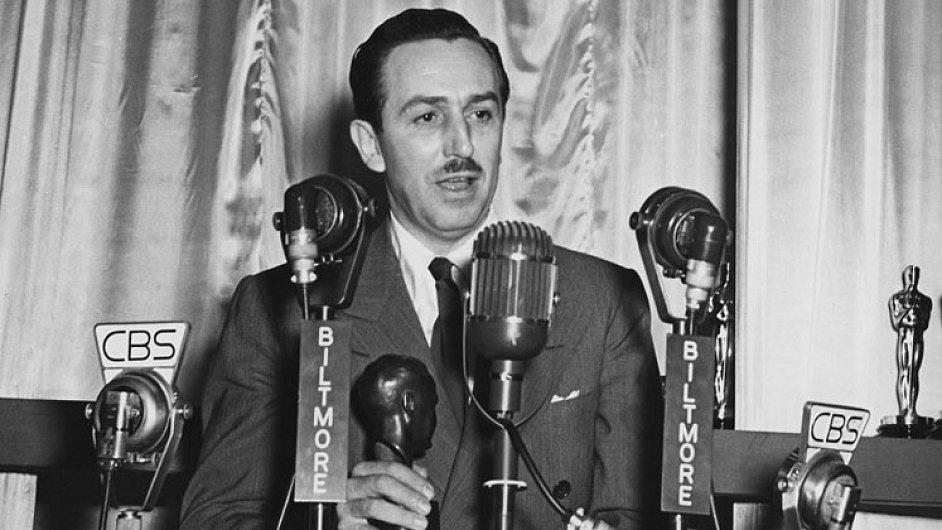 Walt Disney v roce 1942 po udělení čestného Oscara