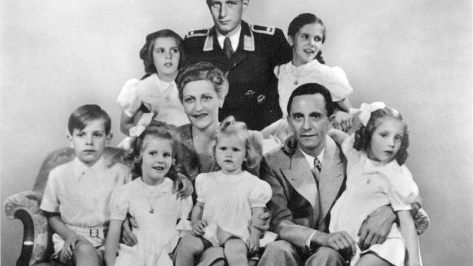Harald Quandt (v uniformě) s nevlastním otcem Josephem Goebbelsem, matkou Magdou a jejich dětmi