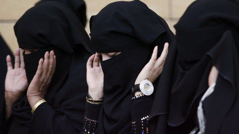 Saúdské ženy při modlitbě - ilustrační foto