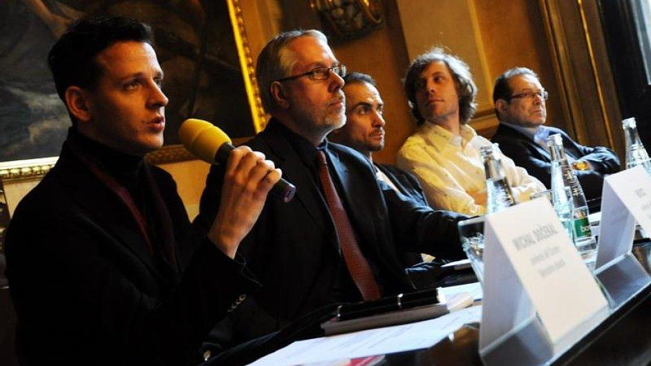 Rocca (vlevo) už je stejně jako někdejší ředitel divadla Ondřej Černý (uprostřed) součástí minulosti ND.