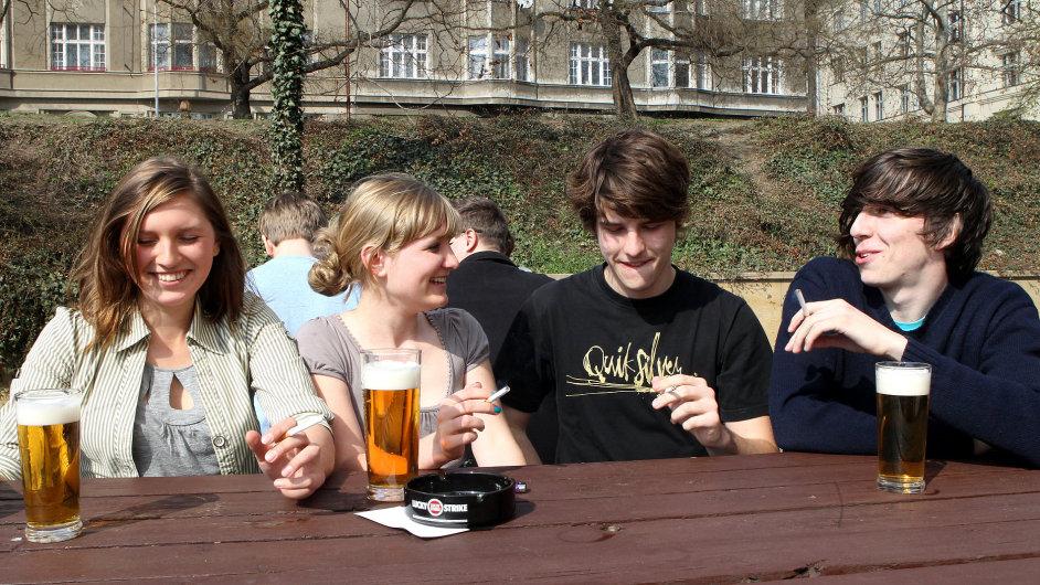 Mládež na pivu, ilustrační fotografie