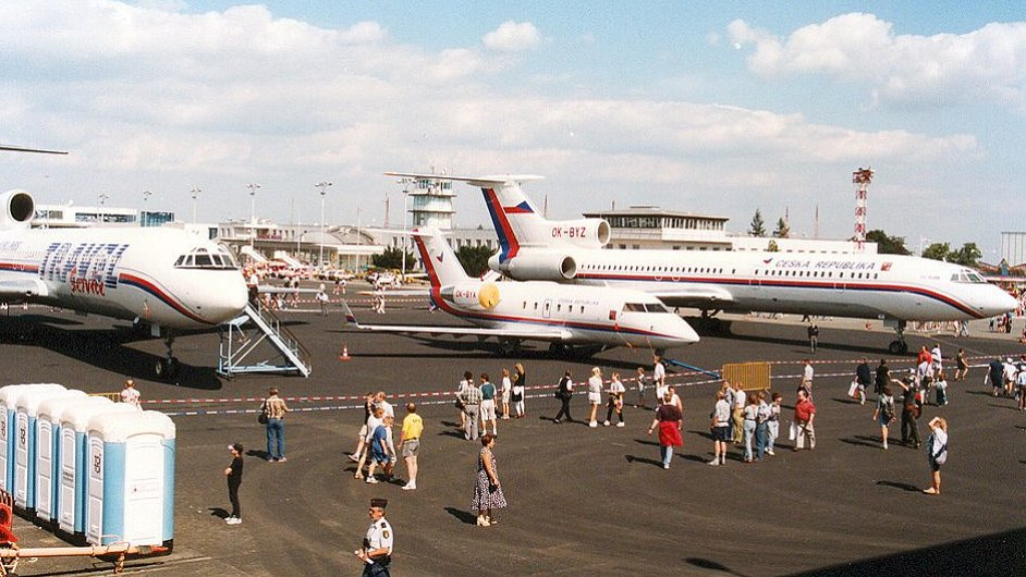Vládní Tupolev Tu 154M (letadlo zcela vpravo) na starém ruzyňském letišti. Snímek pochází z roku 1993