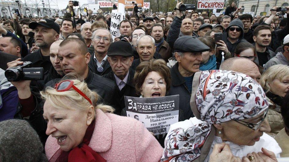 Lidé protestují v Moskvě proti politice Kremlu