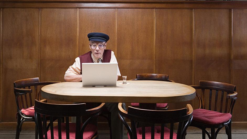 Nejstarší sečtené osobě přes internet je 106 let. Ilustrační foto