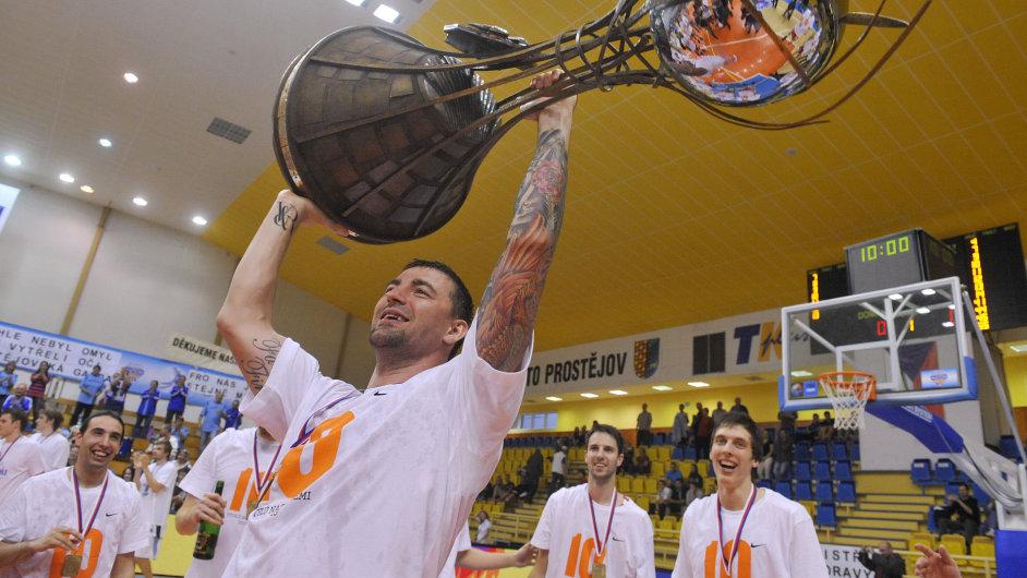 Radoslav Rančík s pohárem pro mistra ligy.