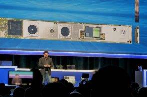 Intel představil počítač velikosti paměťové karty a plán polidštit vztah člověka a počítačů