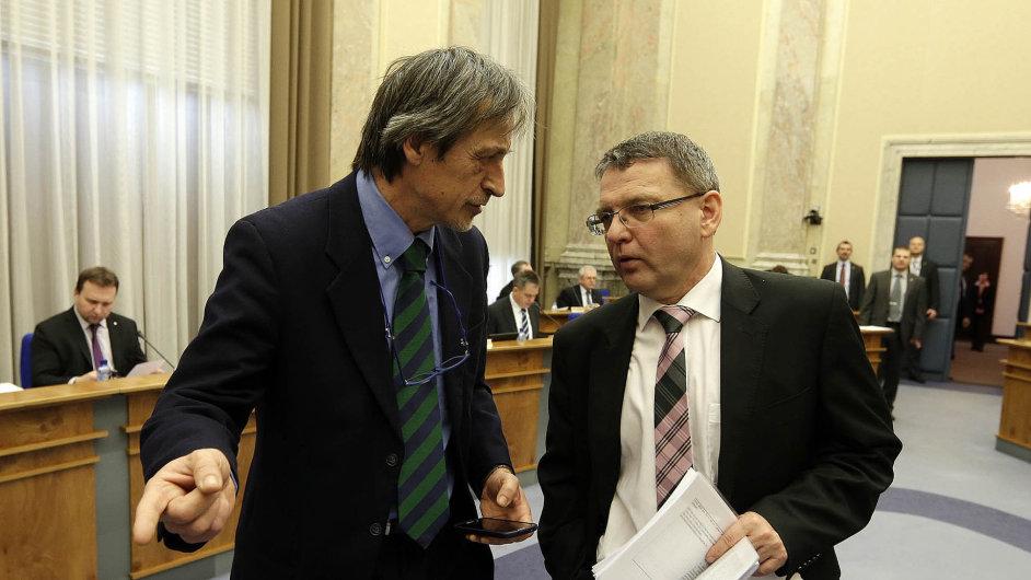 Prostě nabobtnáme: Nejvíc topúředníků v poslední době jmenovali ministr obrany Martin Stropnický (vlevo) a ministr zahraničí Lubomír Zaorálek.