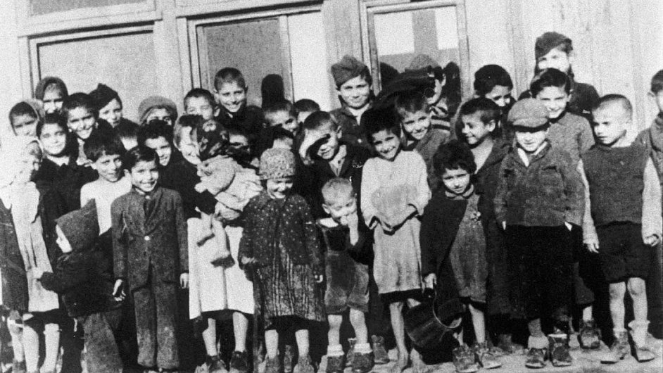 Oběti a jejich připomínka. Přímo v letském táboře zemřelo 321 lidí, z toho 241 dětí. V noci na pondělí to přímo v letech na stěně místního prasečáku připomněl někdo pod přezdívkou Pérák.