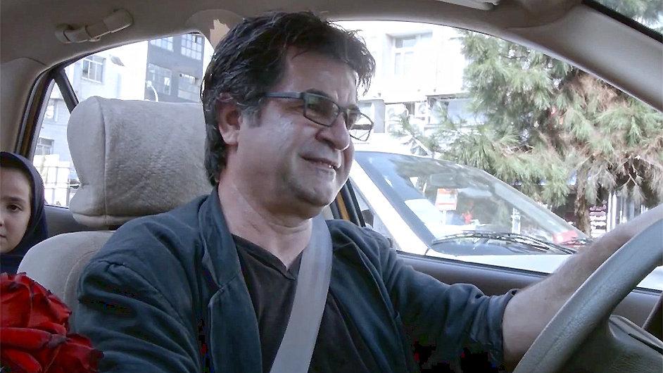 Režisér Panahí ve vítězném filmu z Berlinale sám hraje taxikáře.