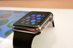 Apple v ČR začal prodávat Apple Watch a globálně stahuje nebezpečné nabíječky