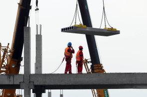 Největším problémem na českých stavbách jsou práce ve výškách. Většina úrazů se stane při pádu ze střechy.
