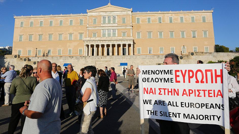 Proevropští Řekové se sešli před parlamentem v Aténách, aby vyjádřili svoji podporu dohodě s EU.