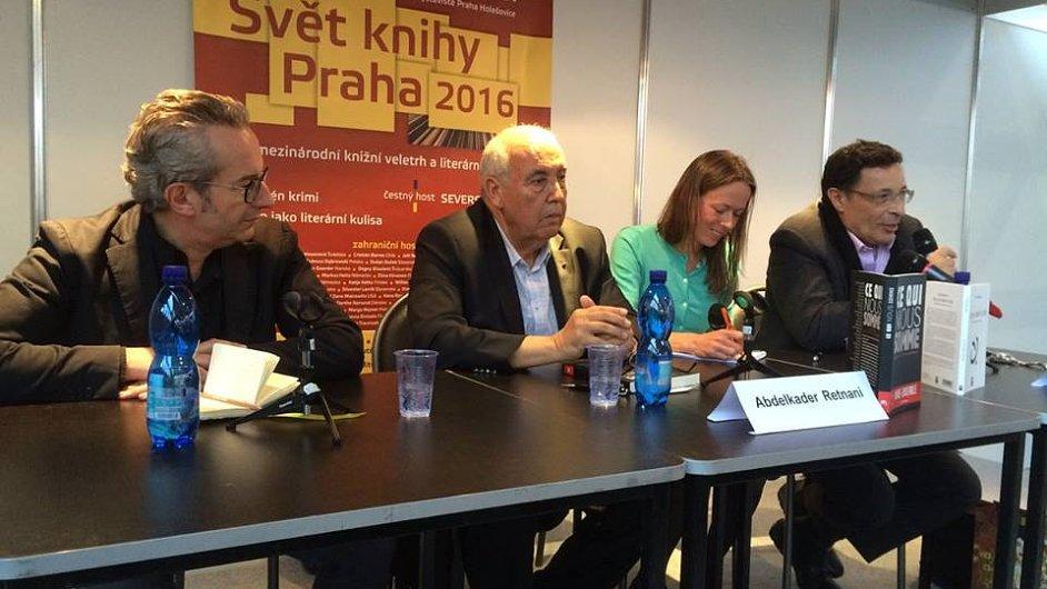 Na snímku jsou zleva kulturní atašé Francouzského institutu v Praze Alexandre Pajon, nakladatel Abdelkader Retnaní a novinář Džalil Bennání.