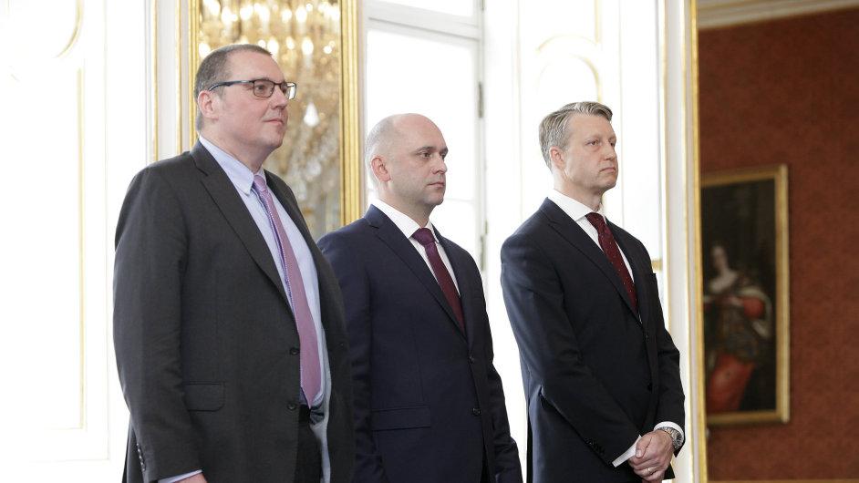 Prezident Zeman jmenoval nové členy bankovní rady. Zleva: Miroslav Singer, kterému končí mandát, Vojtěch Benda a Tomáš Nidetzký.