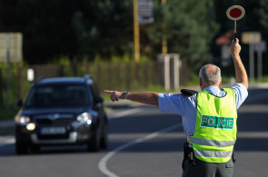 T�in�ct z�vad, se kter�mi nesm�te jezdit: Policist� zak�ou d�l jet i v aut�, kter� m� praskl� p�edn� sklo