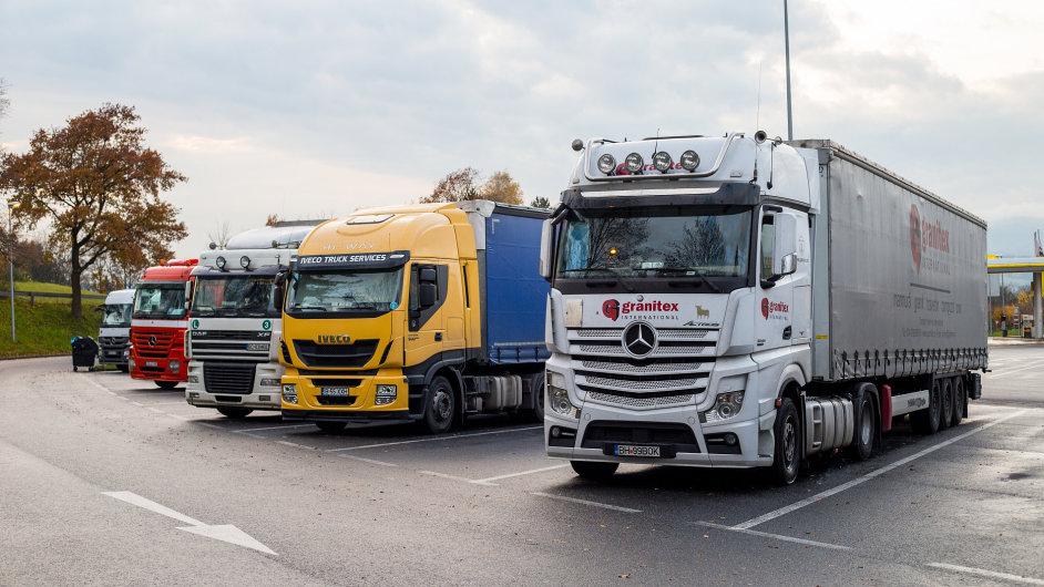 nákladní vůz náklaďák truck daimler mercedes scania iveco
