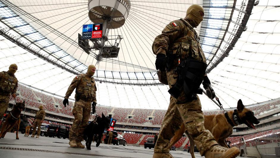 Polští vojáci před summitem NATO ve Varšavě.