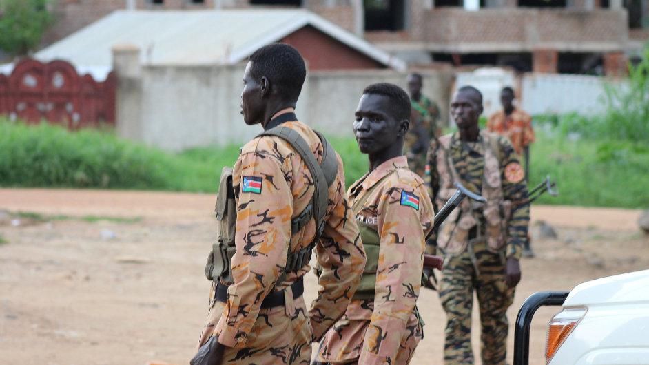 Policie a vojáci hlídkují v Jubě, hlavním městě Jižního Súdánu.