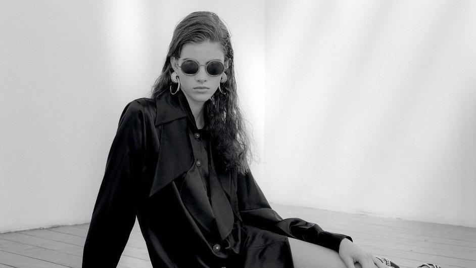 Tunika, náušnice aboty, Chanel, kolekce Paris in Rome 2015/16 Métiers d'Art; brýle, Chanel, kolekce jaro-léto 2016.