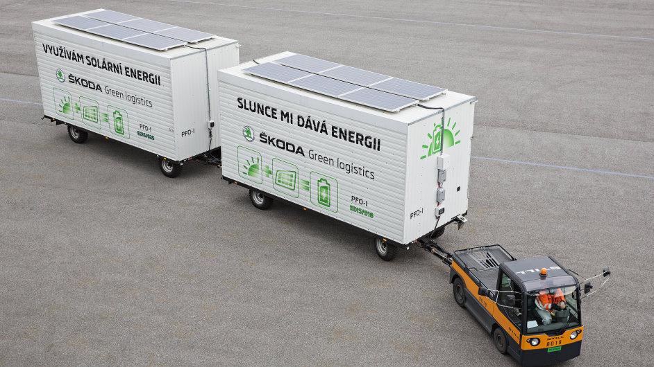 Elektrický tahač během jízdy dobíjejí solární panely na přívěsech
