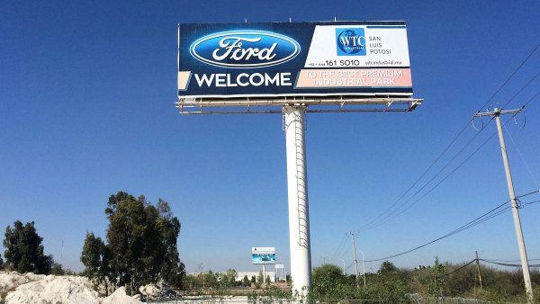 Trump tlačí na automobilky, aby vyráběly v USA, a ne v cizině. Na snímku billboard vítající firmu Ford v mexickém státě San Luis Potosí