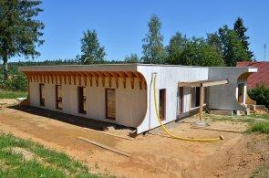 Z nápojových kartonů či slámy vyrábějí panely a staví domy. České firmy se učí využívat odpady