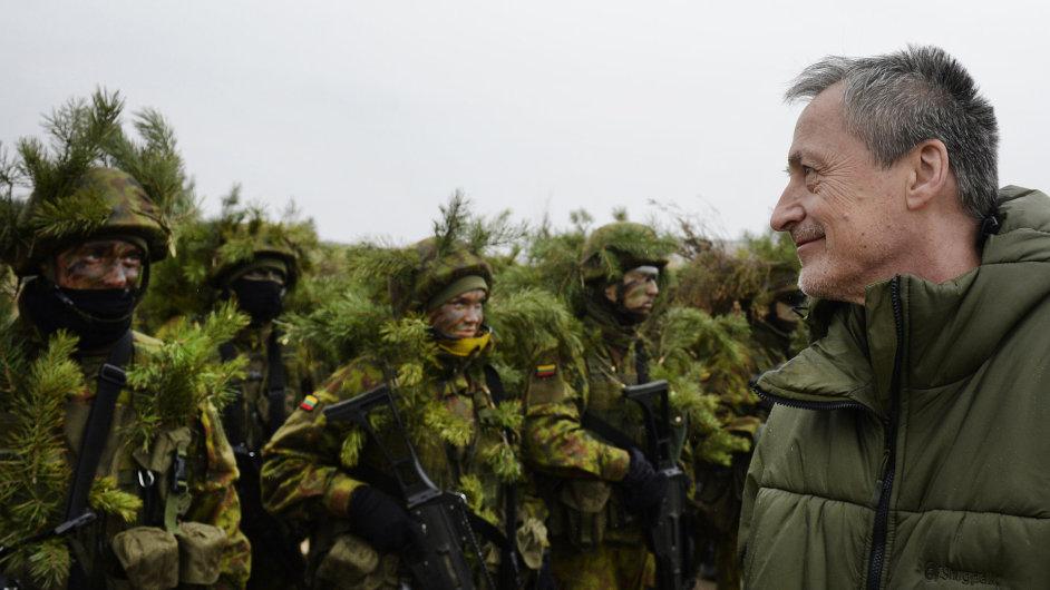 Ministr obrany Martin Stropnický s českými vojáky v Litvě - Ilustrační foto.