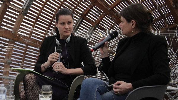 Diskusi s Radkou Denemarkovou (vpravo) ve vzducholodi pražského Doxu moderovala sinoložka Kateřina Procházková.