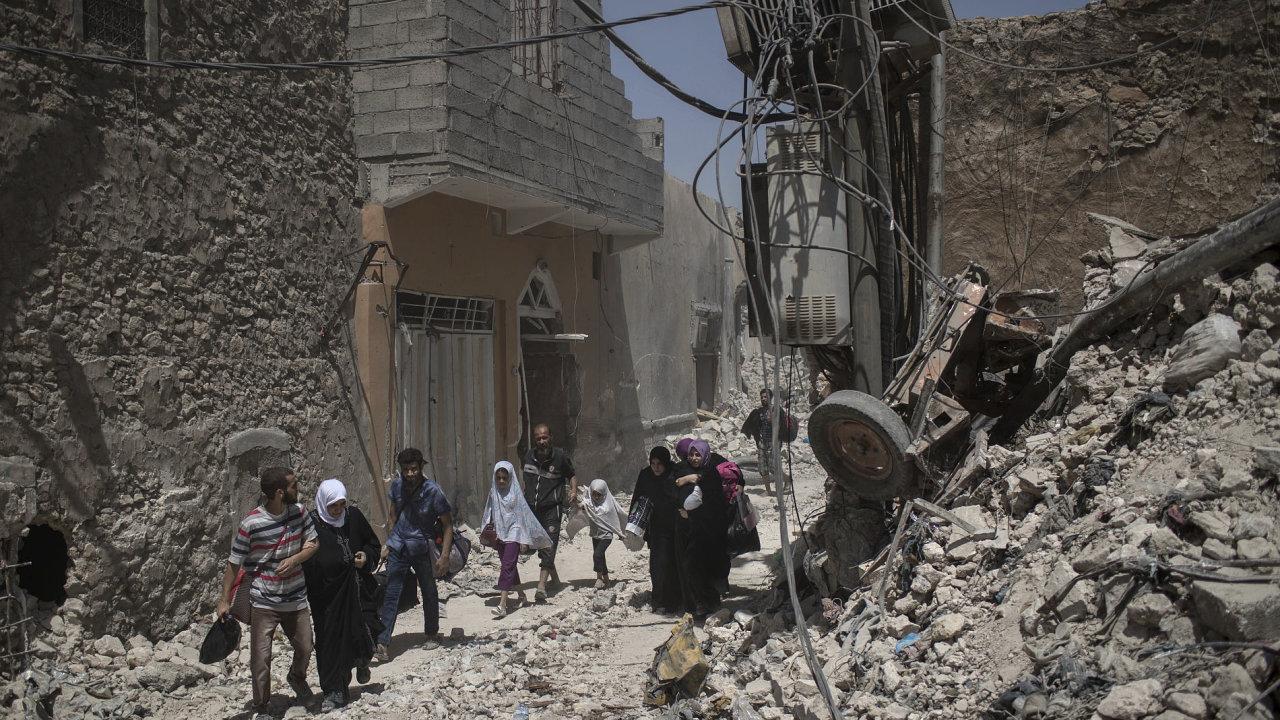 Irák, Mosul, civilisté utíkají ze starého města