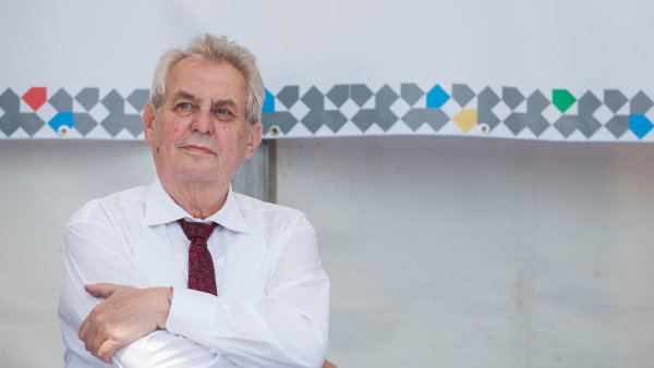 Miloš Zeman kampaň nedělá. Přesto aktivně objíždí republiku. Je to předvolební kampaň, nebo není?