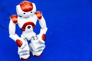 Závody dronů, šaty měnící barvu podle emocí nebo robotický pavouk. Podívejte se, co představil festival budoucnosti Future Port Prague