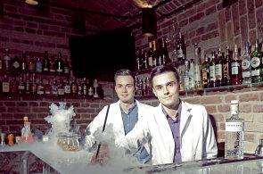 Barmani se správnou chemií: Vyhráli startupovou soutěž, teď si otevřeli bar ve stylu laboratoře