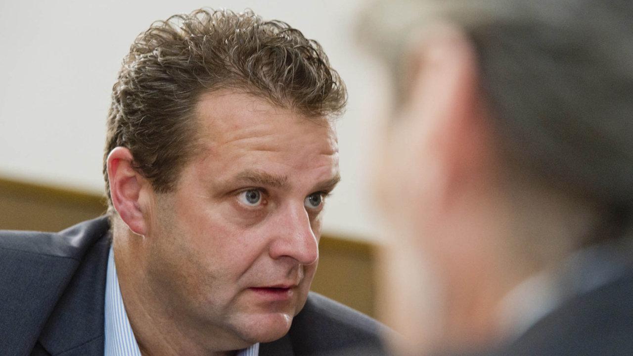 Zdeněk Ondráček, v roce 1989 příslušník pohotovostního útvaru a současný poslanec za KSČM, je dnes jedním z nejvýraznějších politických symbolů předlistopadového režimu.