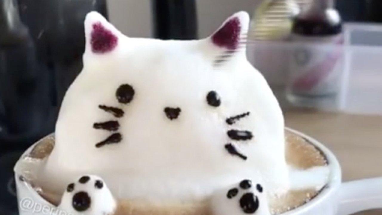 Šikovná baristka posunula Latte Art o stupeň výše. Na kávě tvoří 3D obrázky.