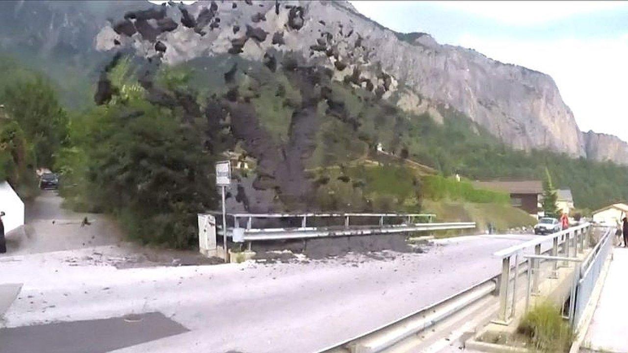 Z řeky létalo bahno a kamení. Švýcarskou vesnici zasáhla blesková povodeň