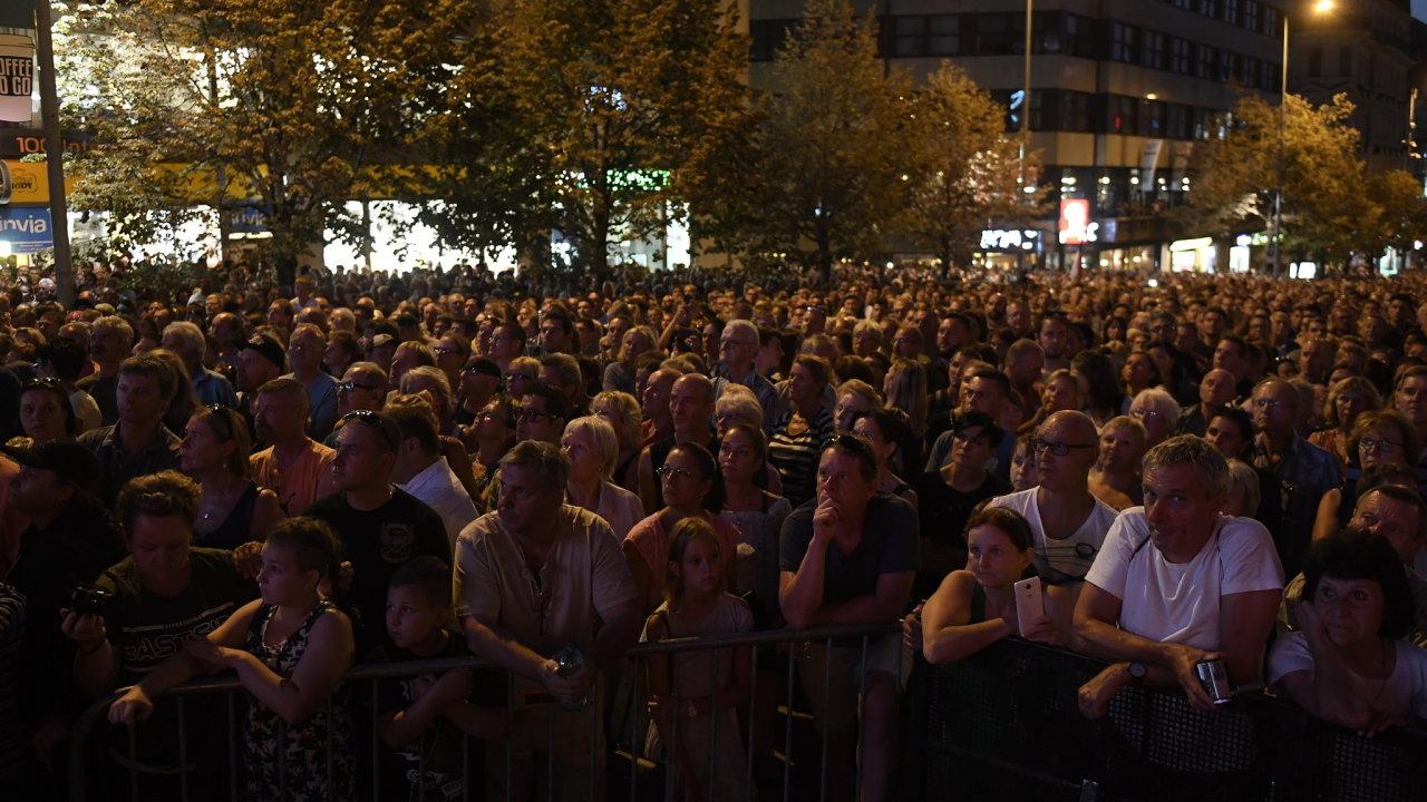 Vyvrcholením vzpomínkových akcí je koncert na Václavském náměstí, který začal po 20:00.