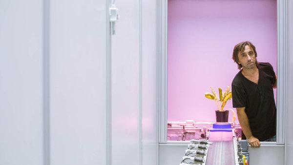 Martin Trtílek u stroje, který pomocí světelného záření z rostlin odečítá třeba to, jestli nejsou ve stresu, jak pracují s vodou nebo zda neodumírají.