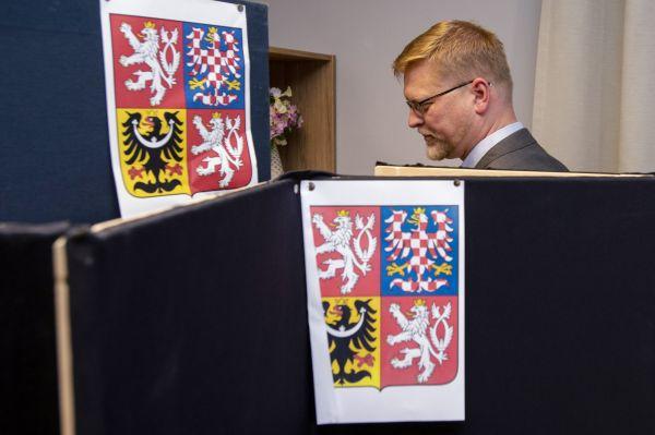 Předseda KDU-ČSL a kandidát do Senátu Pavel Bělobrádek odevzdal 5. října 2018 v Náchodě hlas v komunálních volbách.