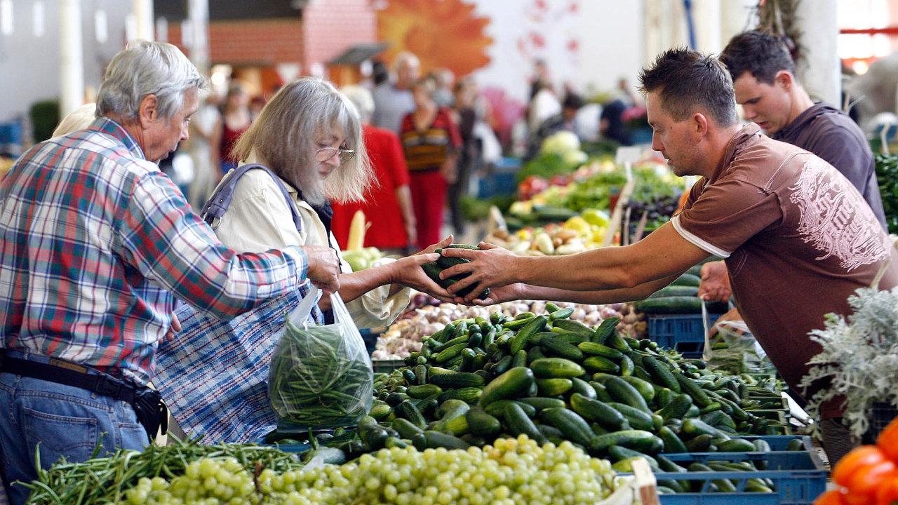 Ustánků na českých farmářských trzích se nabízí pečivo zběžných pekáren, zelenina zMaďarska ipsí krmivo.