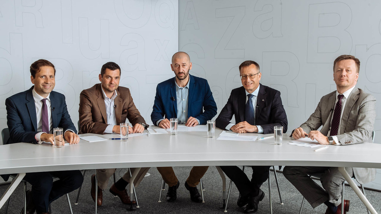 Debaty HN se zúčastnili (zleva) ekonom Lukáš Kovanda (Czech Fund), Martin Diviš (Kooperativa), šéfredaktor HN Martin Jašminský, Martin Žáček (Uniqa) aJan Matoušek (Česká asociace pojišťoven).