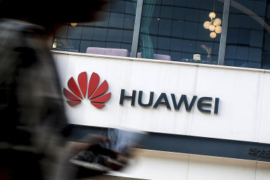 """""""Na konci roku 2019 byly ze strany amerických tajných služeb předány informace, podle nichž Huawei prokazatelně spolupracuje s čínskými bezpečnostními úřady,"""" uvádí se v citované zprávě."""
