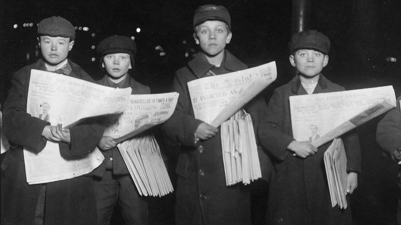 Malí prodavači novin v Jersey City. Úplně vlevo dvanáctiletý Patrick Drohan, vedle něj devítiletý Stanley Fazurowski. Rok 1909.
