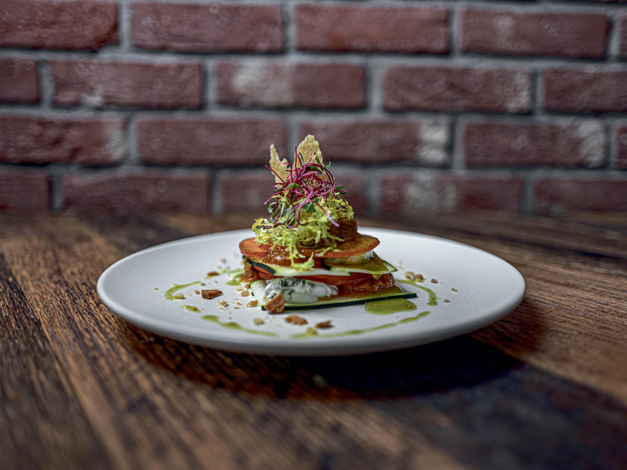 Hlavní myšlenkou nové restaurace Spojka Karlín je ukázat lidem, že to jde ijinak. Hlásí se kudržitelnosti aflexitariánství– maso si dejte střídmě, apokud už si ho dáte, tak ať je zvolných ašetrných chovů.