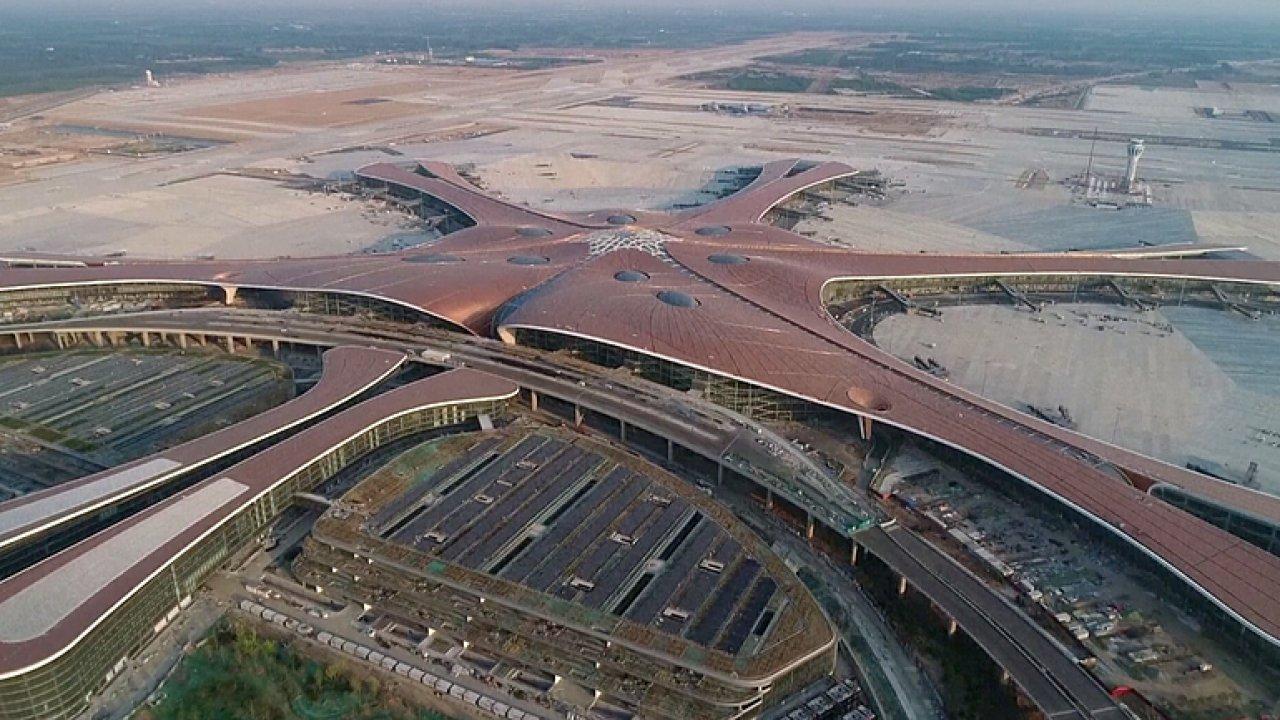 Číňané otevřeli nové obří letiště. Pyšní se největším terminálem na světě.
