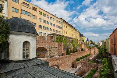 Jeden zmnoha projektů financovaných zdotací EU ve výši zhruba dvaceti milionů korun– hradby vHradci Králové. Pocházejí ze středověku, ale původní dřevěné tu byly již vmladší době bronzové.