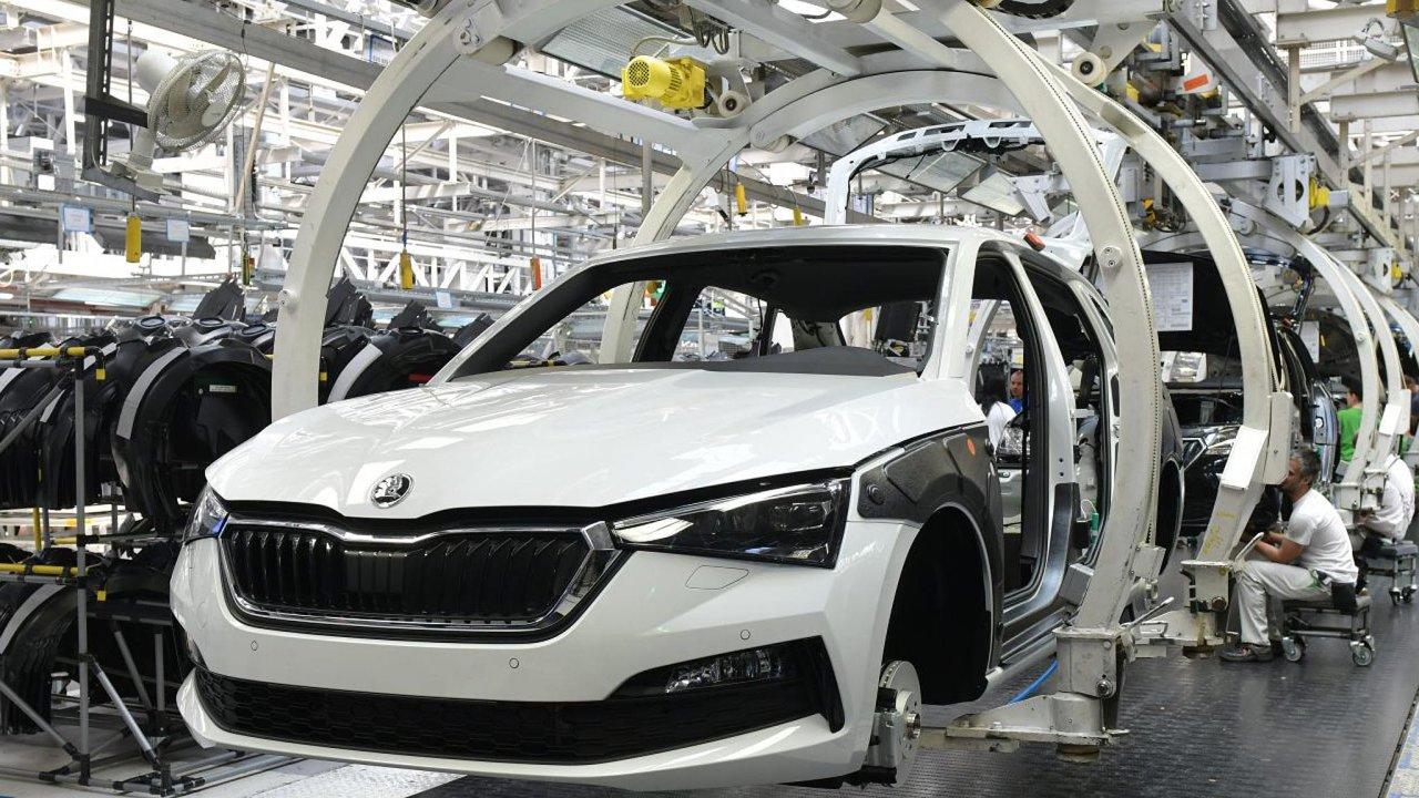 Český průmysl drží nad vodou hlavně automobilový průmysl. Snímek je z největší české automobilky Škoda Auto.