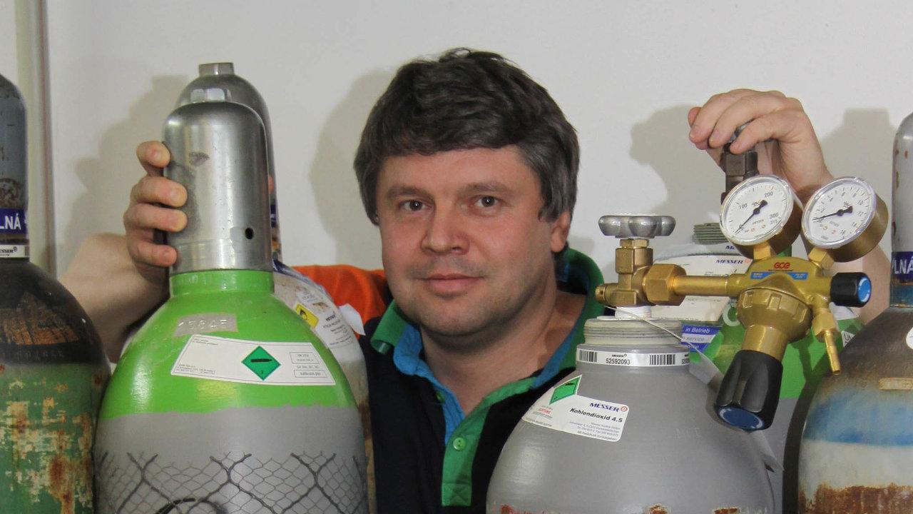 Vkladenské laboratoři ČVUT začala certifikace prvních pěti plicních ventilátorů, které vyvinul tým Karla Roubíka zFakulty biomedicínského inženýrství.
