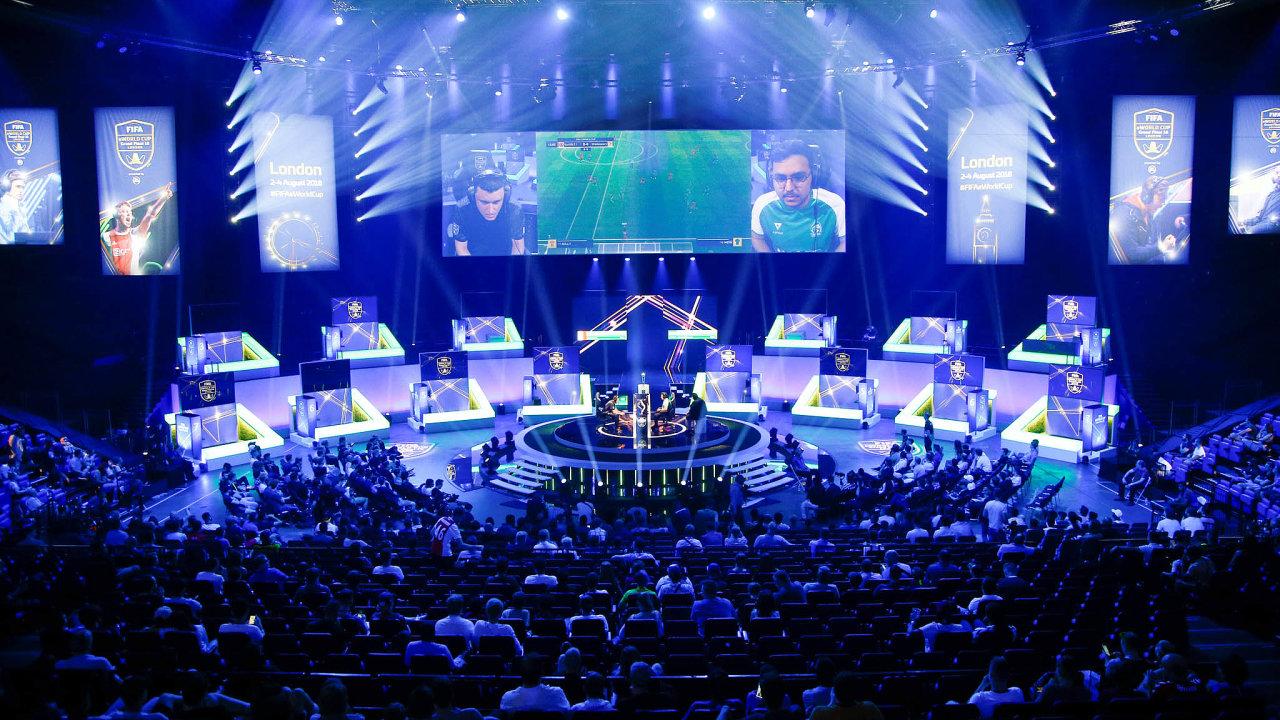 Virtualita napostupu. E-sporty (nasnímku MS vehře FIFA) dosud klasickému sportu nekonkurovaly. Nyní dostávají prostor aexperti předpovídají rozmach tohoto typu zábavy.